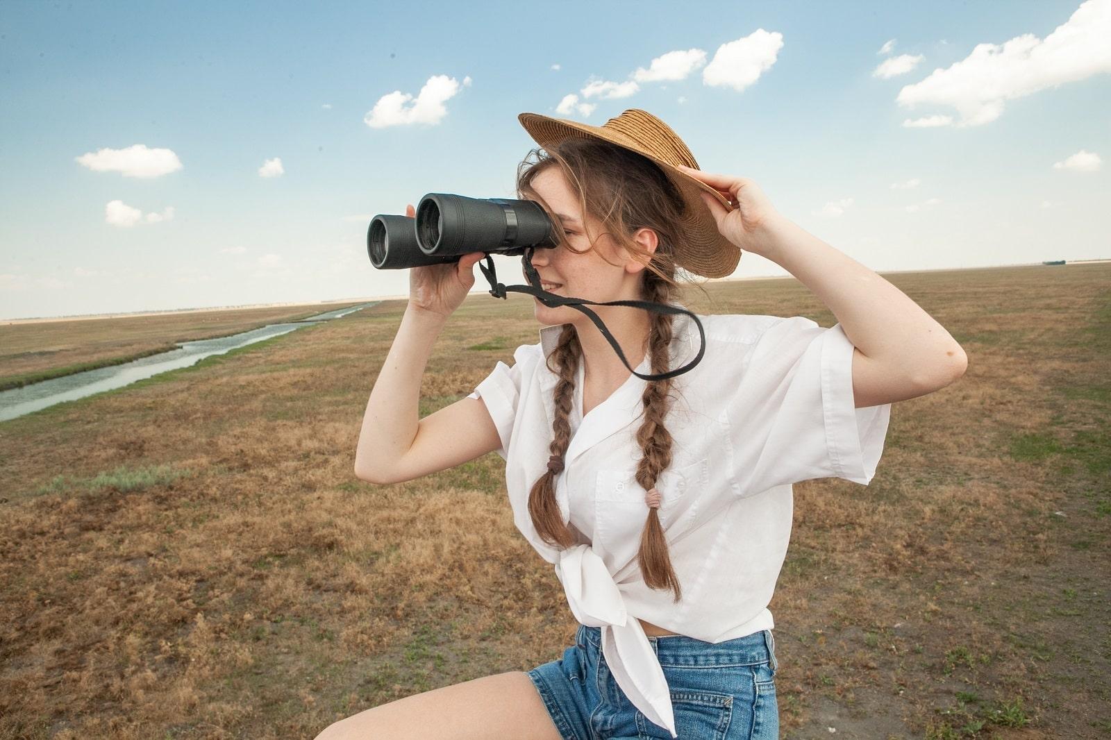 Дівчина на оглядовому майданчику