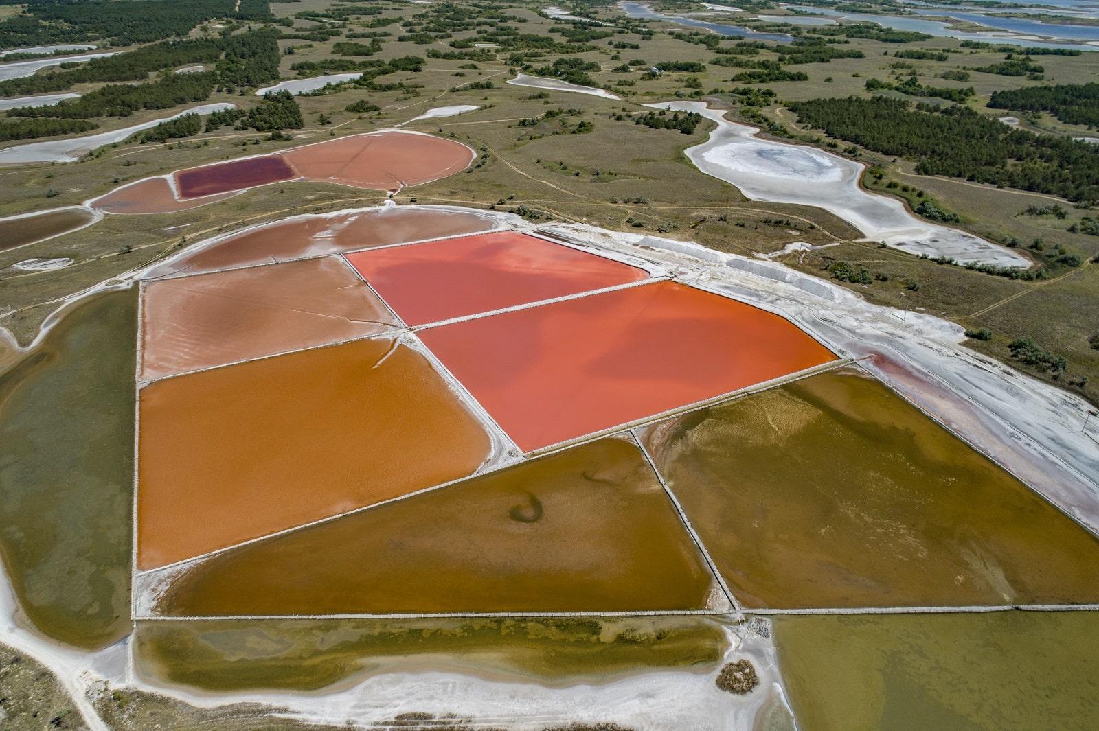 Декілька рожевих озер