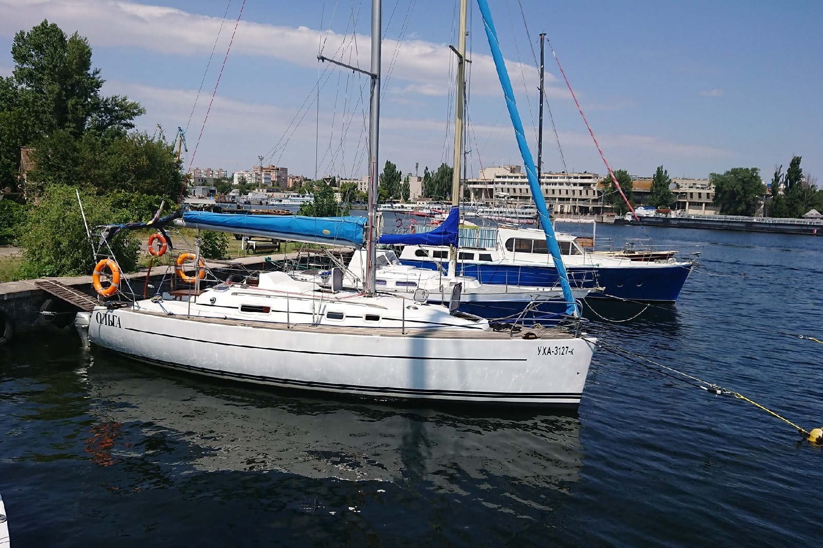 Яхта на стоянке