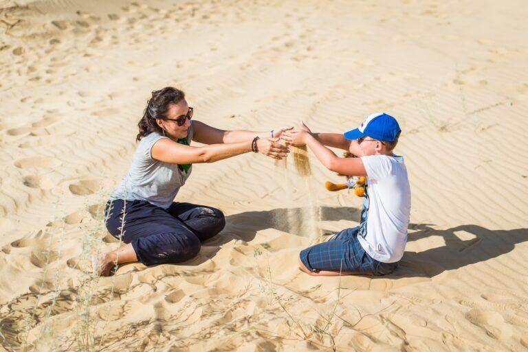 Мама та дитина в пустелі