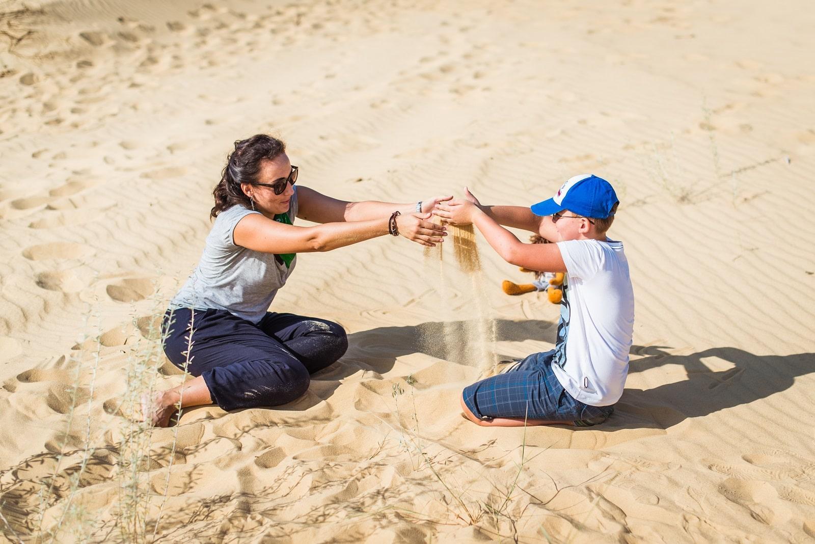 Мама и ребенок в пустыне