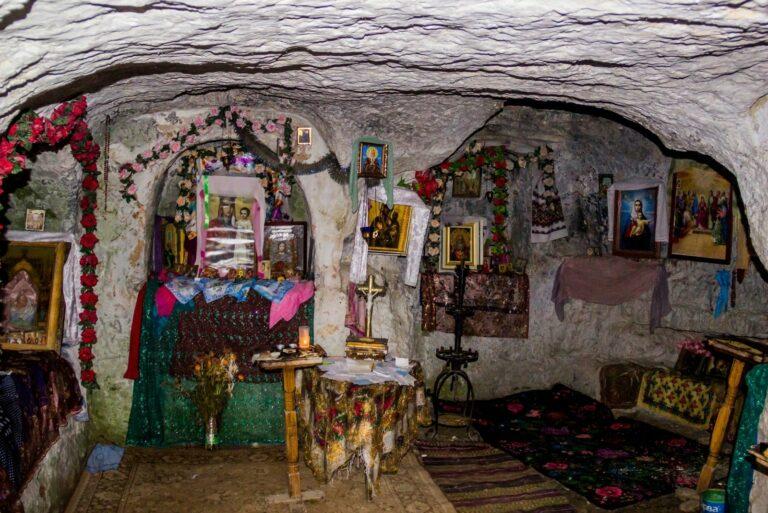 Внутри бакотского монастыря
