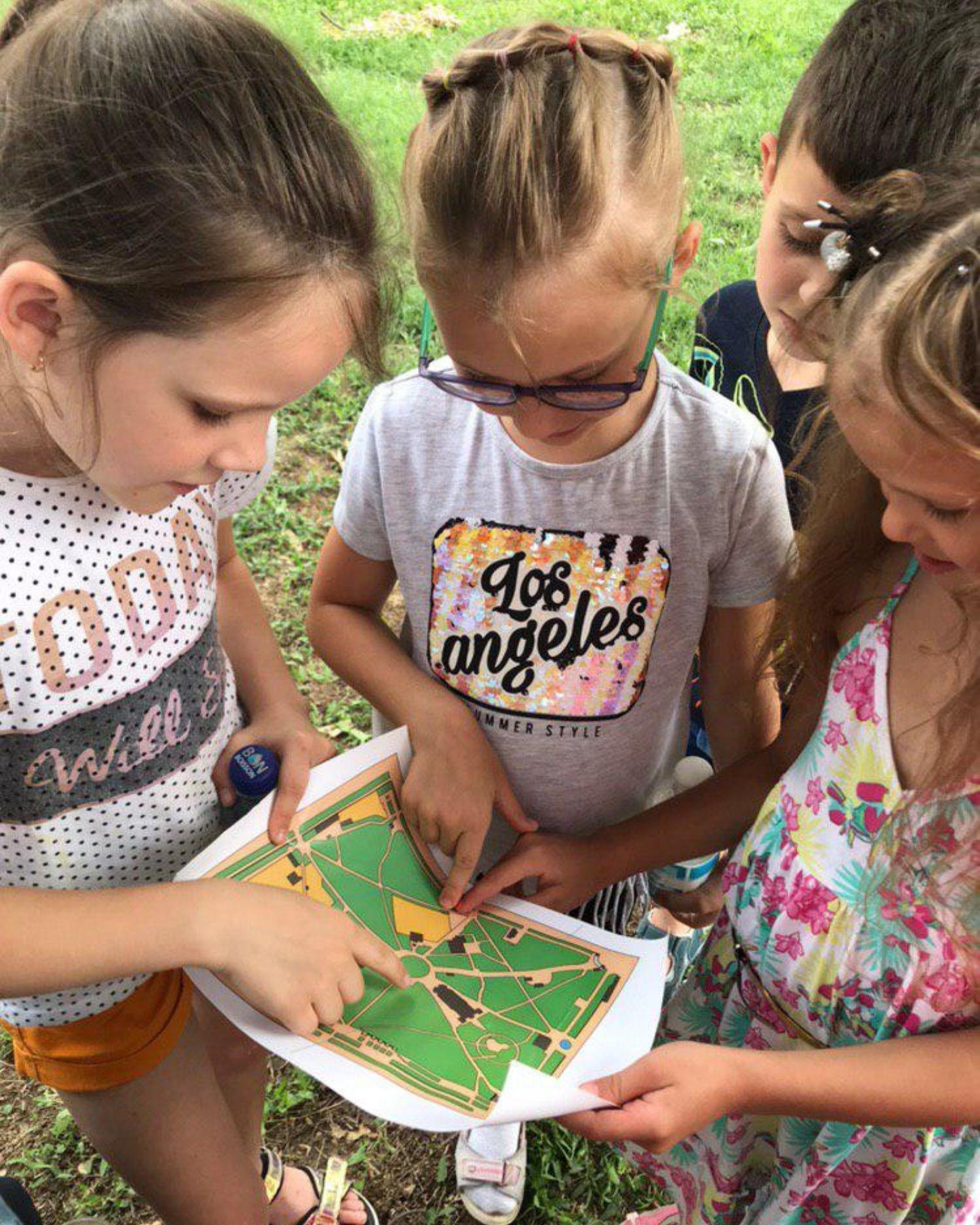 Діти дивляться мапу