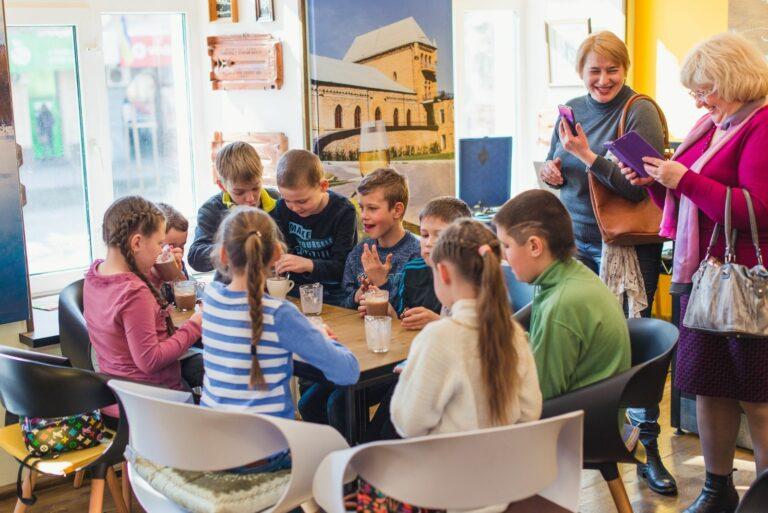 Дети пьют какао