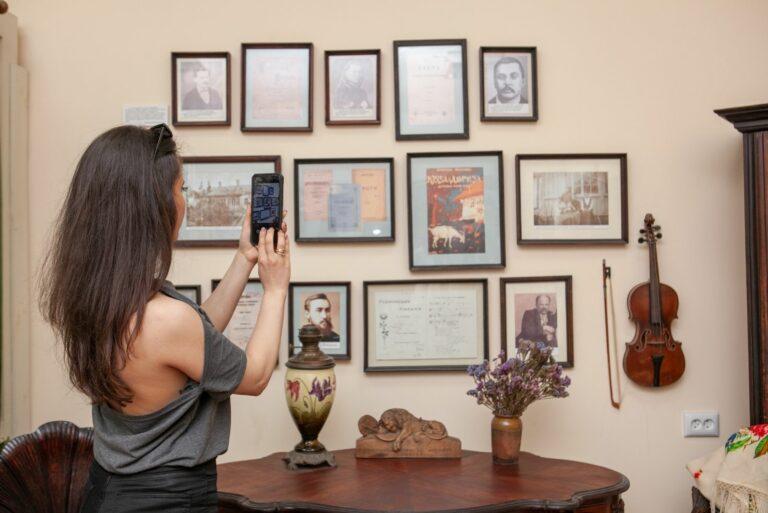 Девушка и экспонаты
