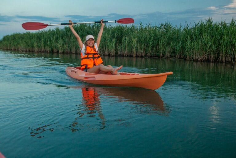 Девушка с веслом на байдарке