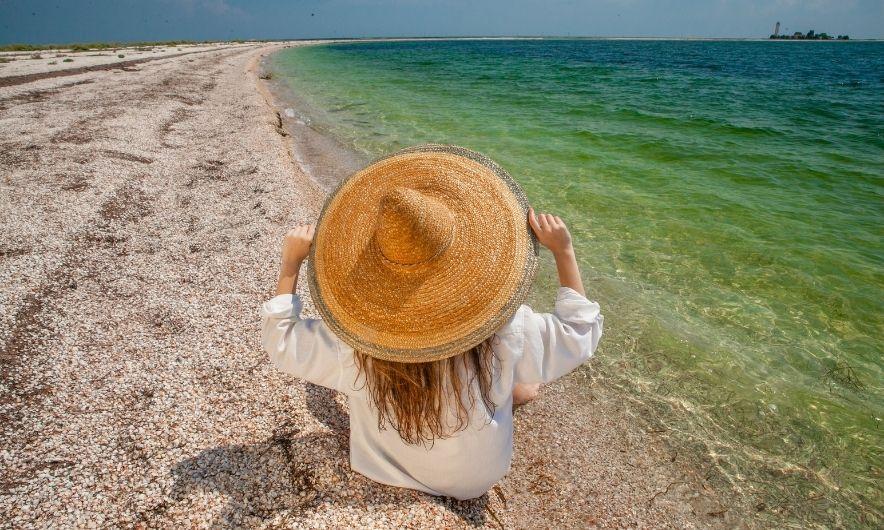 Девушка на пляже острова