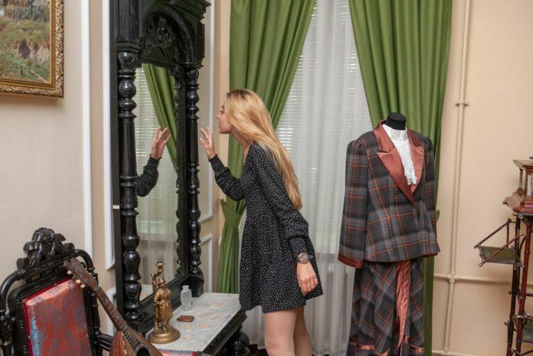 Девушка смотрит в зеркало