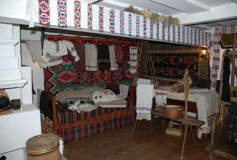 Усередині української хати