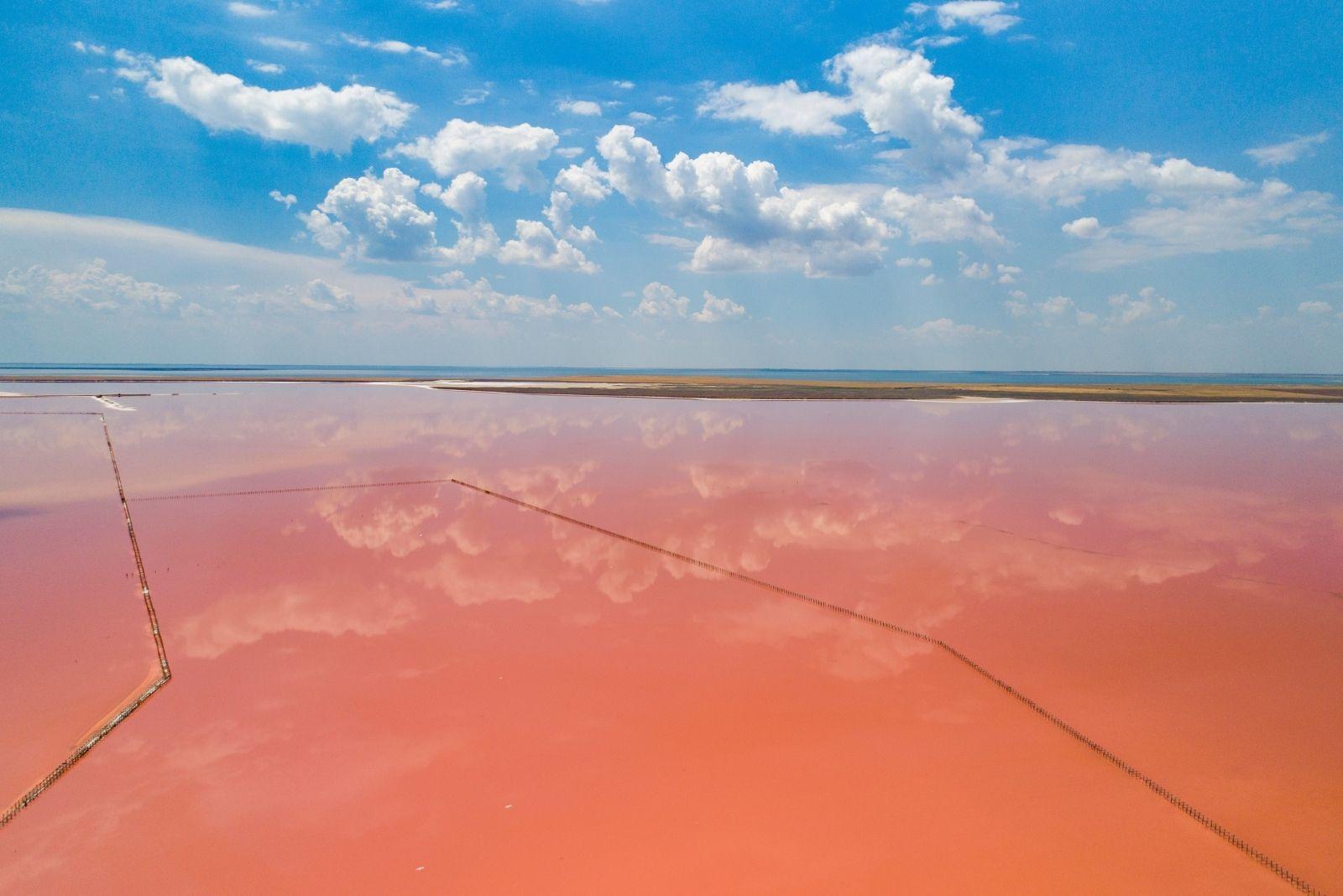 Геническое розовое озеро в с. Приозерное