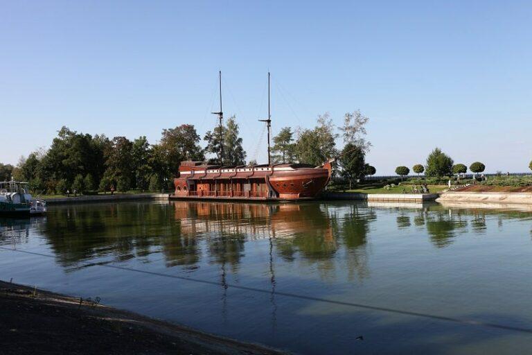 Корабель в Межигір'ї