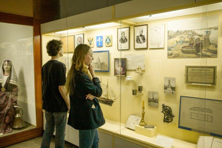 Пара в музее
