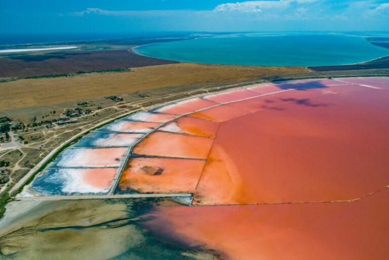 Розовое озеро в селе Приозерное