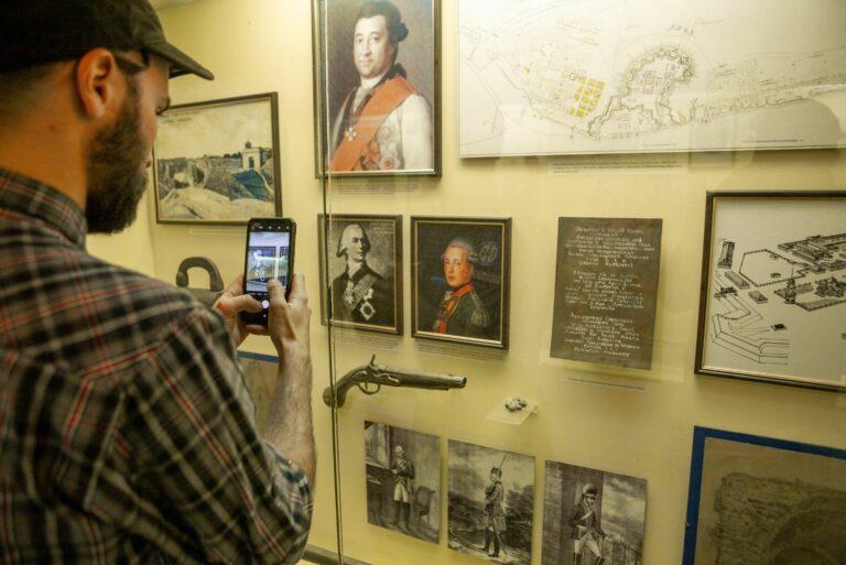 Турист в музее