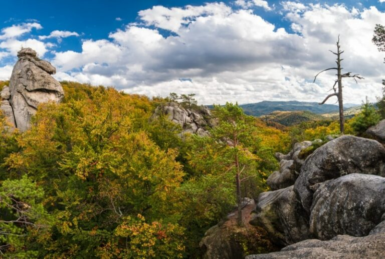 Скелі Довбуша восени
