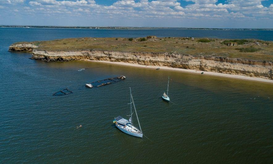 Яхты около острова