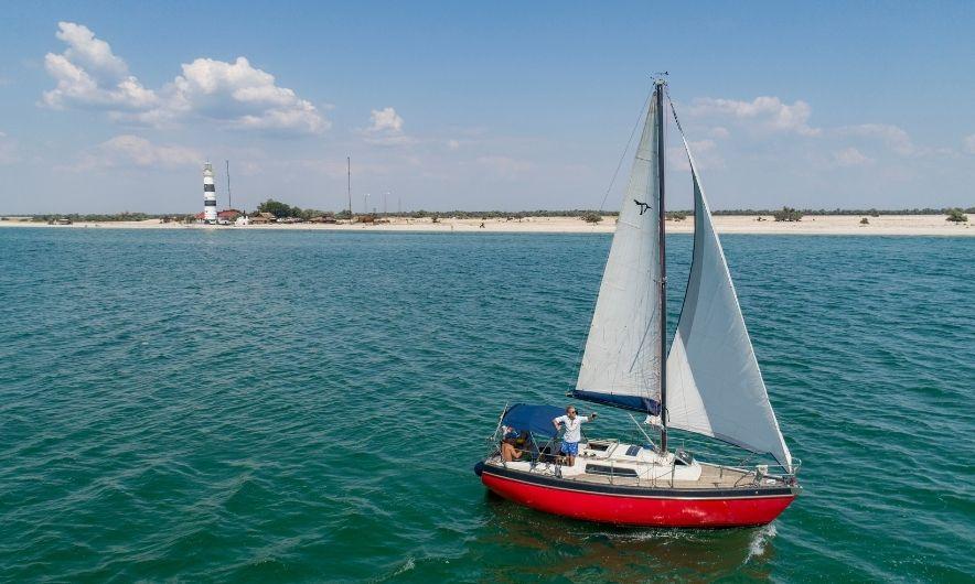 Яхта возле Тендры
