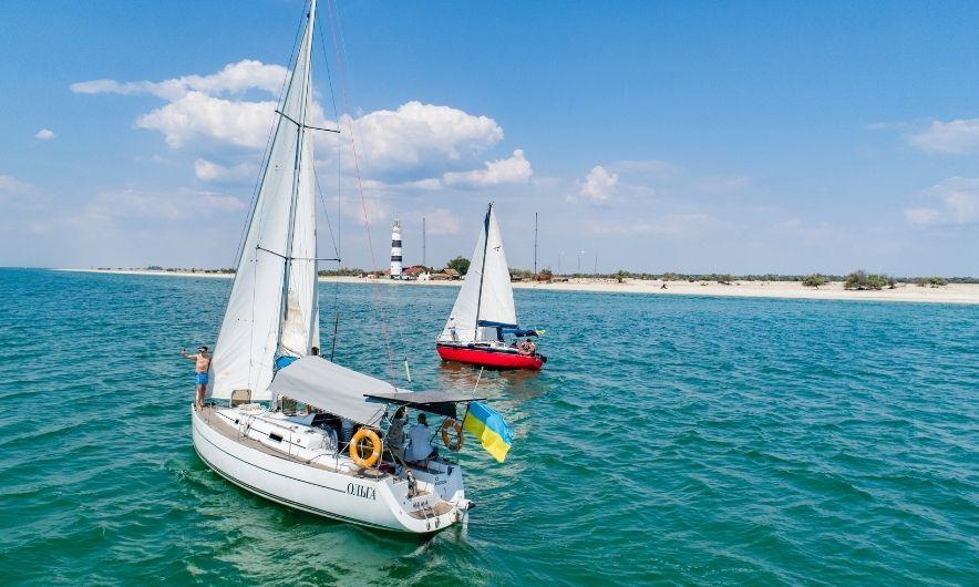 Яхта Ольга в море