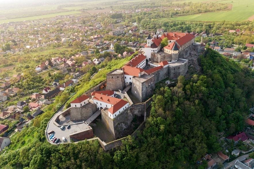Вид сверху на замок Паланок