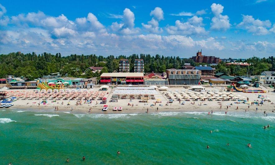 Пляж та готелі
