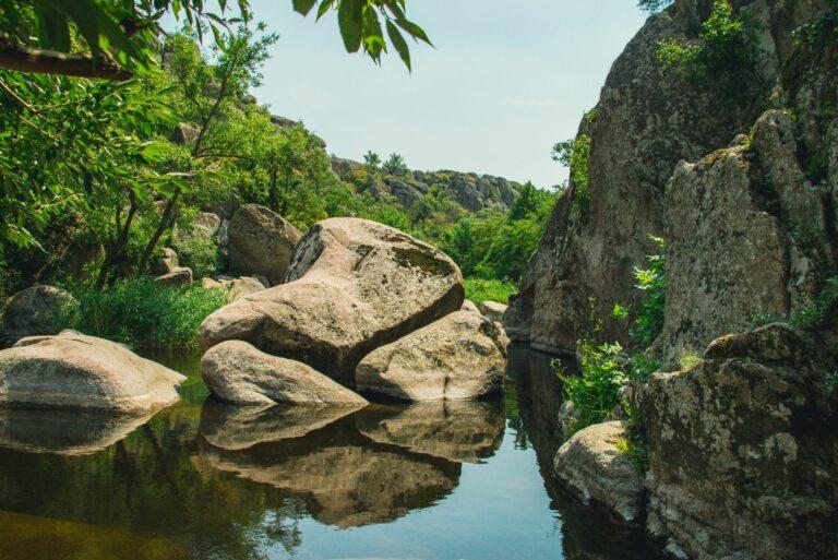 Скелі в Актово