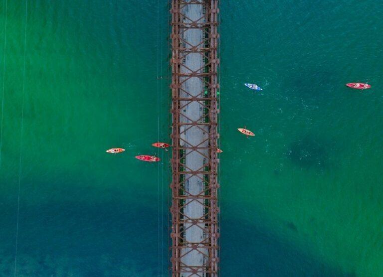 Байдарки під мостом