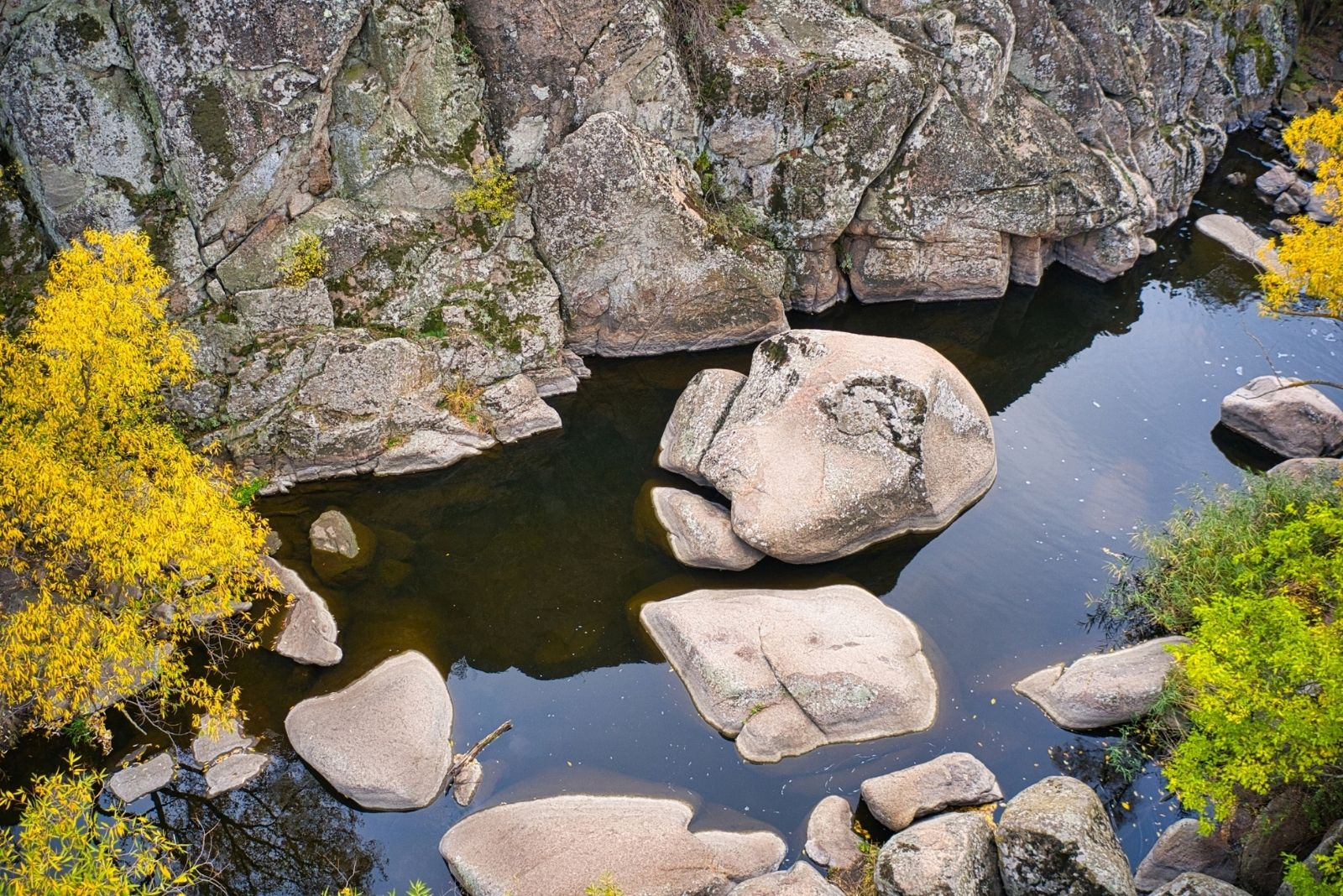 Скалы в реке