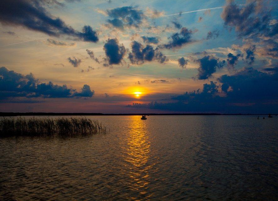 Захід сонця острова на озері Світязь