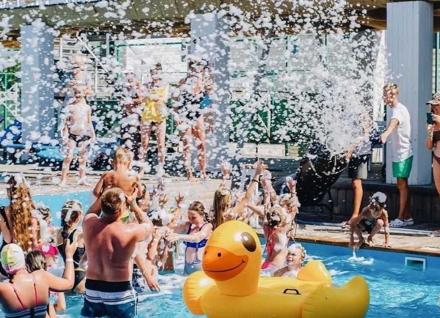 Вечірка в басейні