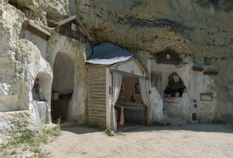 Скальный монастырь в Бакоте