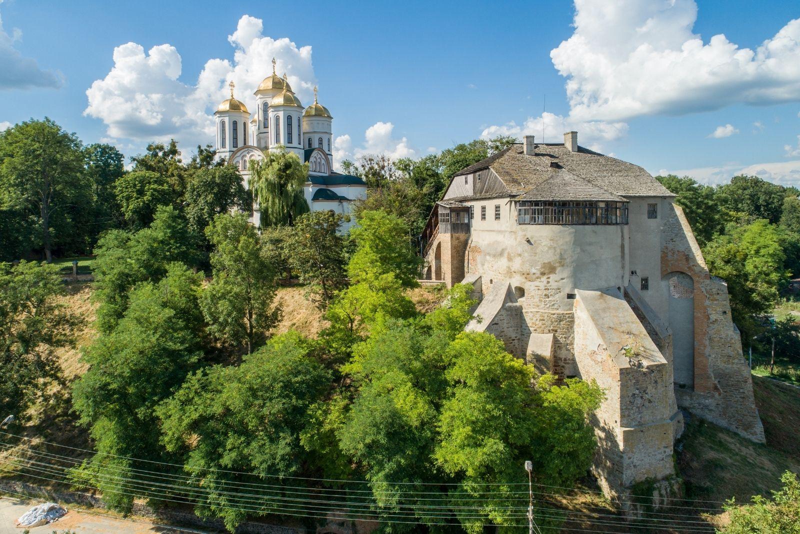 Церква й замок