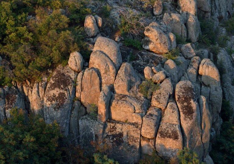 Каменные валуны в лучах солнца