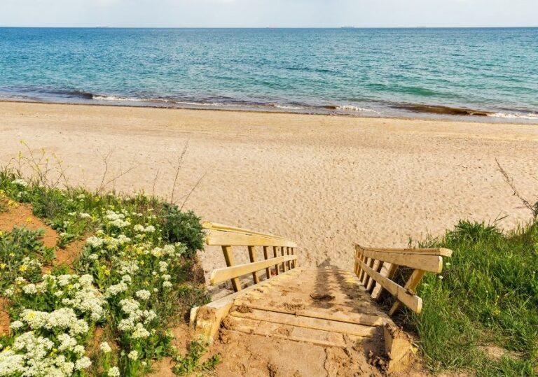 Спуск в низ на пляж