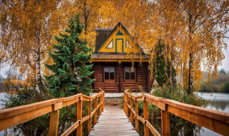 Дом рыбака осенью