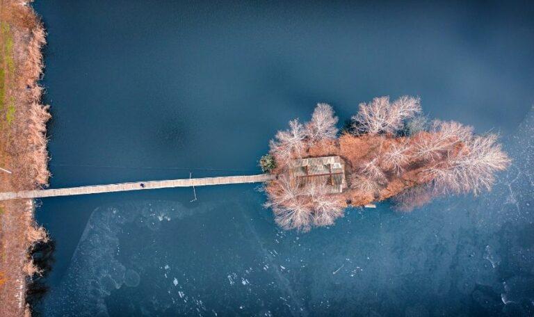 Дом рыбака зимой