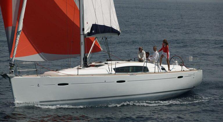 Вид на яхту Оceanis