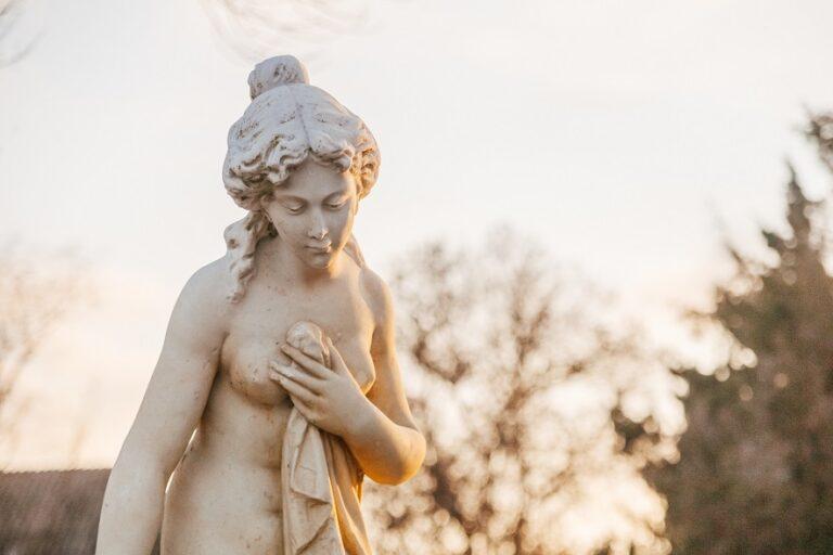 Памятник купальщице