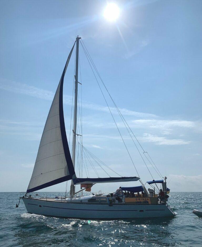 Яхта Гринда в море