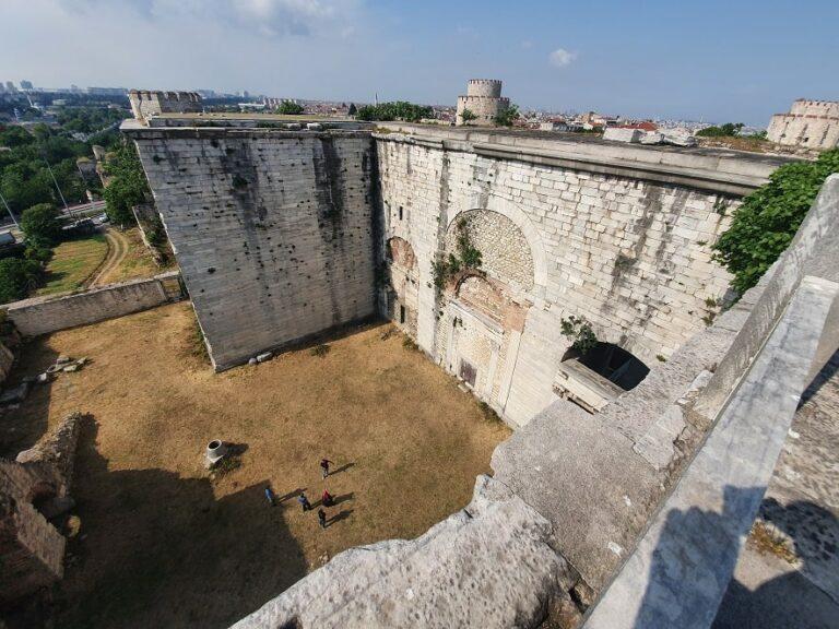 Осмотр древних стен