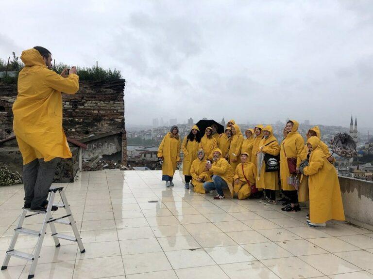 Туристы под дождем