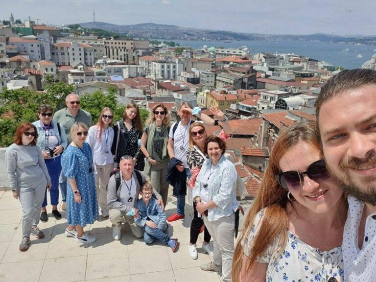 Групповое фото в Стамбуле во время тура
