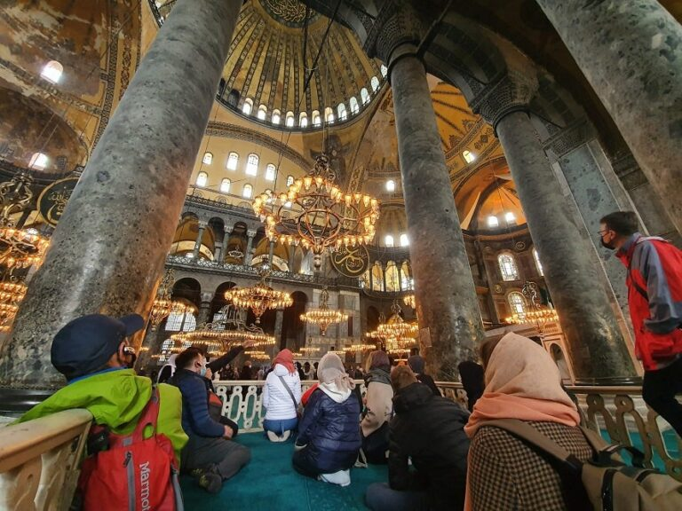 Туристы в мечети